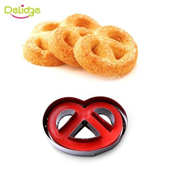 Delidge 2 Shape Random Color Stainless Steel Spring Pressing Biscuit Mold for Cake-cutting Cookie Cutter Kitchen Tools