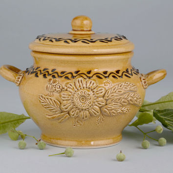 Pot with modeling of white clay ceramic cookware
