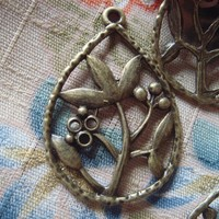 5x Antique Bronze Flower And Leaves In The Teardrop Charm Pendant