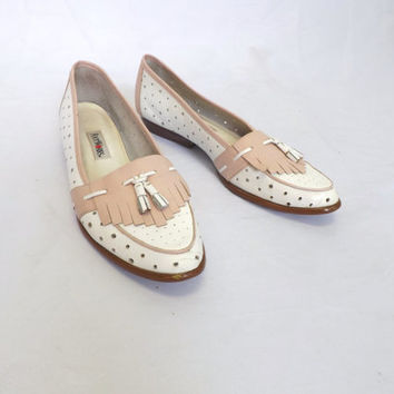 Vintage 1980s Foot Works Size 9 Pink White Eyelet Leather Loafer Flats Slip on Oxford Womens Spectator Shoes with Tassels Preppy Classic