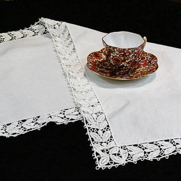 Ivory Linen Table Runner with Lace Edging, Schiffli / Chemical Lace, Cottage Chic Shabby Chic, Crafts, Vintage Linens