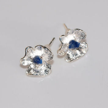 Little flower stud earrings with tiny lapis lazuli Blue gemstone earrings Silver plated stud earrings Blue flower earrings Gift under 10