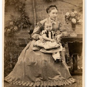 CDV Photo Carte de Visite Victorian Pretty Young Mother & Daughter in Garden Portrait - R Macfarlane Dalston London - Antique Photograph