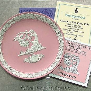 Rare Vintage Wedgwood Pink Jasperware white bas relief Valentines Day Limited Edition Plate 1983 Boxed with Certificate (ref: 4002)