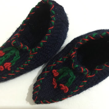 Freeshipping hand-knitted dark blue booties with red green flower pattern on them..hot and comfort..