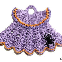 Purple Halloween crochet dress potholder with Black spider, presina vestitino lilla con ragno nero per Halloween all'uncinetto