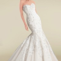 Extravagant Sweetheart Neckline Wedding Gown Featuring Graceful Appliques and Buttons