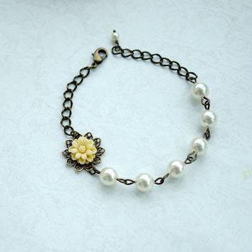 Light Yellowy Ivory Small Daisy Flower, Swarovski Ivory Pearls Bracelet. Adjustable Bracelet. Bridal Wedding, Bridesmaids Gifts. Flower Girl