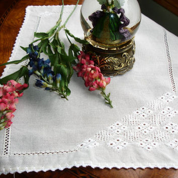 "Vintage Tray LIner, Centerpiece Doily, Small runner, Embroiderey, Hemstitching, oblong, 17x13.5"", Vintage decor, accent linen"