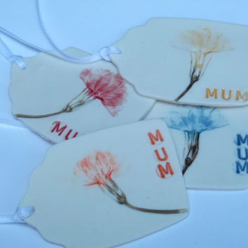 Gift Tag Pressed with Primrose Flower Printed with MUM or MOM - Great Mothers Day Gift