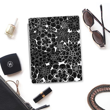 flowers in white and black iPad 3/4 case by Julia Grifol Diseñadora Modas-grafica | Casetify