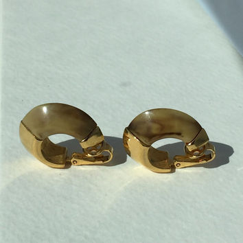Crown Trifari Earrings Creamy tan Lucite Marble look with Gold tone Clip on Earrings Classic Vintage