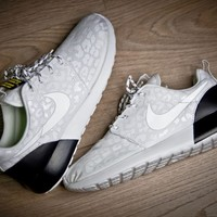 Women's Nike Roshe Run Premium White/Black | SWGNT