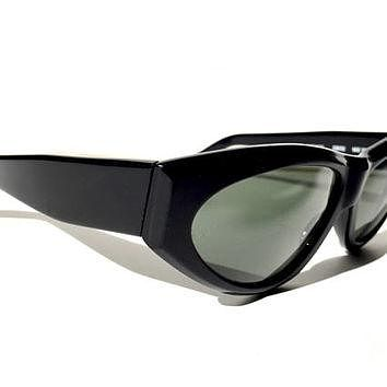 RAY-BAN!!! Vintage 1960s 'B&L Ray-Ban' matte black framed sunglasses with beveled edge