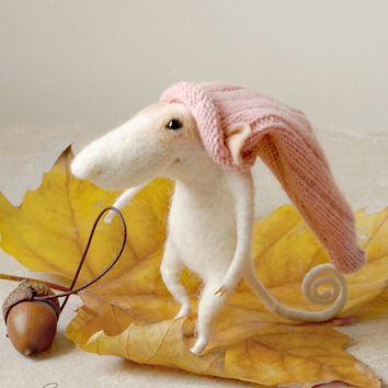 Needle felted mouse, felt ornament, soft sculpture, figurine, animal forest, acorn, rose bonnet, tender mouse
