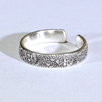 Botanical Patterned Sterling Silver Toe Ring with Patina and Leaf Design