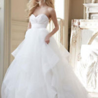 Sleeveless Sweetheart Ivory Bridal Wedding Dress with Tiered Skirt