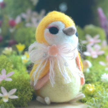 Needle felt wool bird figurine, handmade bird doll, yellow color Hershey bird doll, kids gift, gift under 25