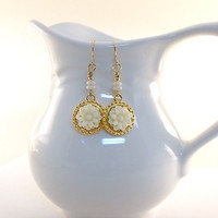 Earrings Gold With White Resin Flowers