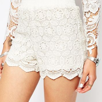 New Look Petite Scallop Crochet Short