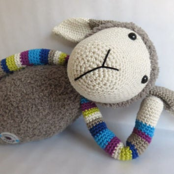 Suusje schaap, Stip en Haak inspired crochet sheep.