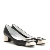 Decollete U patent leather pumps