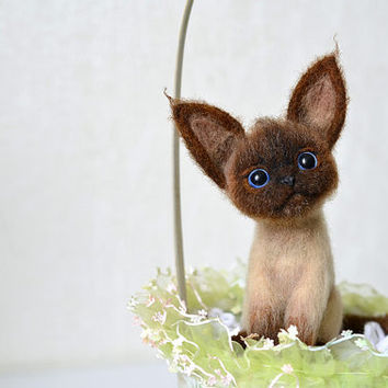 Needle felted little siamese kitten. Siamese cat. Cute felt animal. Wool toy.