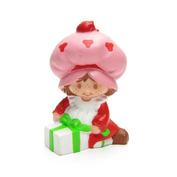 Strawberry Shortcake with Present PVC Mini Figure Vintage Strawberryland Miniatures Cake Topper