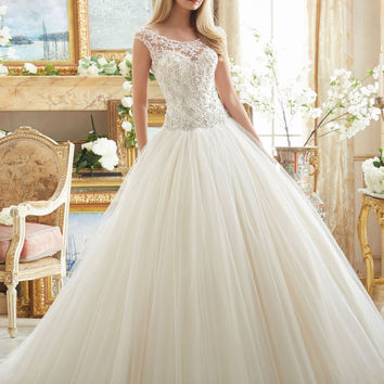Loverxu Romantic Scalloped Luxury Appliques Ball Gown Vintage Wedding Dress 2016 Beading Pearls Princess Bridal Gown Plus Size
