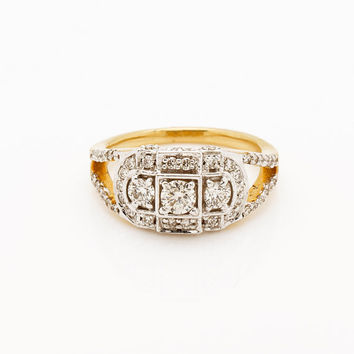 Three Stone Ring in 18Kt Yellow Gold and  0.94 Ct diamonds with 0.25 Ct solitaire in center