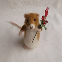 Handmade needle felted little Christmas mouse, holding a sprig of red berries » Craftori