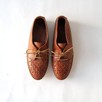 vintage 80s brown woven oxfords. leather lace up shoes.