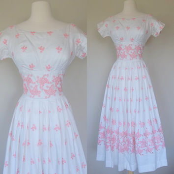 1950's white dress fit and flare wedding bridal dress pink embroidered full long skirt w short sleeves nipped waist  pointed bust small 6