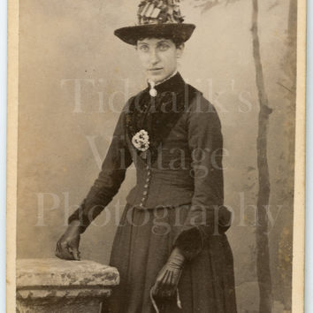 CDV Photo Carte de Visite Victorian Young Pretty Woman, Leather Gloves Big Hat Holding Parasol Portrait - E Horrobine of Morcambe Lancashire
