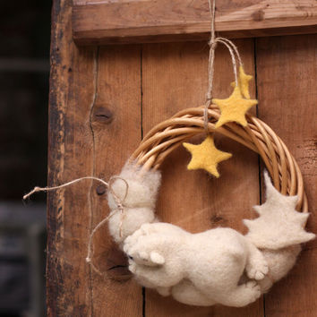 Needle Felt Wreath - Christmas Wreath Whit A Dreamy White Bear  -Needle Felt Wreath -  Withe Polar Bear