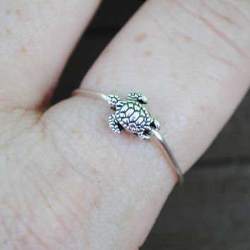 Adjustable Wire Ring Spinning Tiny Turtle