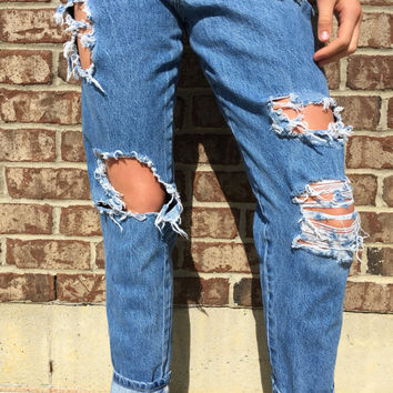 VINTAGE high waisted ripped BOYFRIEND JEANS // ripped jeans // open knees // size 2