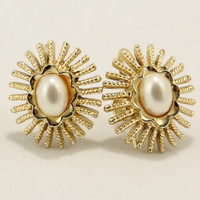 Sunburst Faux Pearl Gold tone Screw Back Earrings Vtg Jewelry