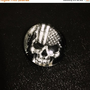 "On Sale Glass ""American Skull"" Magnet/Pin"
