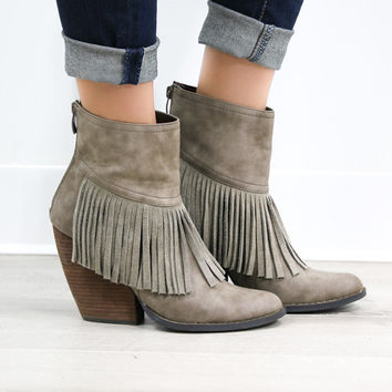 MODEL SALE SZ 8 VERY VOLATILE Maple Valley Classic Taupe Fringe Wedge Booties