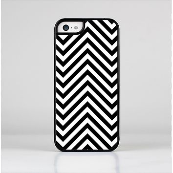 The Black & White Sharp Chevron Pattern Skin-Sert Case for the Apple iPhone 5c