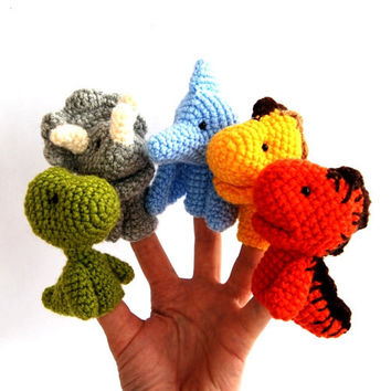 5 dinosaurus finger puppet, crocheted stegosaurus, brontosaurus, pteranodon, triceratops and carnotaurus, stuffed dinos for kids, rainbow