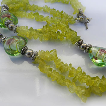 Vintage Green Glass Chip Necklace//Green Glass Lamp work Bead Necklace