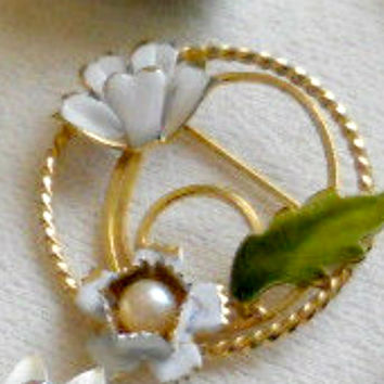 White Enamel Circular Brooch Flower Pearl Unsigned Gold Tone Estate Vintage Jewelry