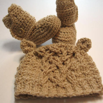 Crochet baby booties and bear hat set.  0 to 3 months, ready to ship.  Photo prop.  Baby shower gift.