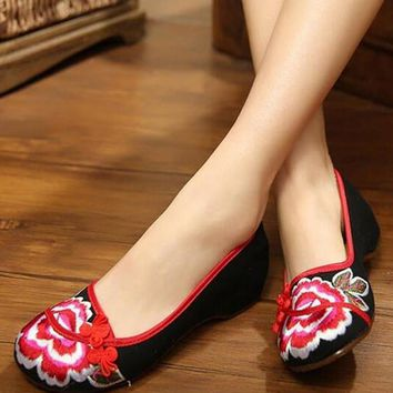2016 New Women Flat Shoes Ballerinas Dance Embroidery Shoes Old Beijing Black Red Cloth Platform Canvas Walking Casual Flats