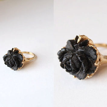 Vintage 60s 70s BLACK Carved Rose Cocktail Ring - Gold Tone - Gothic Goth Medieval Mourning Jewelry