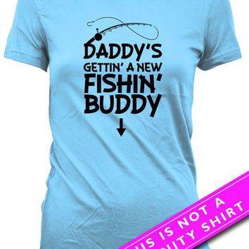 Pregnancy Announcement T Shirt Maternity Tops Pregnancy Gifts Daddy's Gettin' A New Fishin' Buddy Fishing Shirt Mom To Be Ladies Tee MAT-602