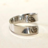 Bypass ring in sterling silver for a new mom with baby feet and birth date