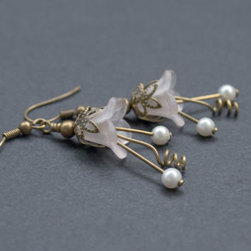 Lucite Flower Earrings. White Flower Earrings. White Pearl Earrings. Antique Brass. Flower Jewelry. White Jewelry